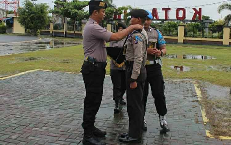 Kapolres Kapuas AKBP Esa Estu Utama saat melepas siswa Diktuba Polri SPN Polda Kalteng pada Sabtu, 22 Februari 2020.