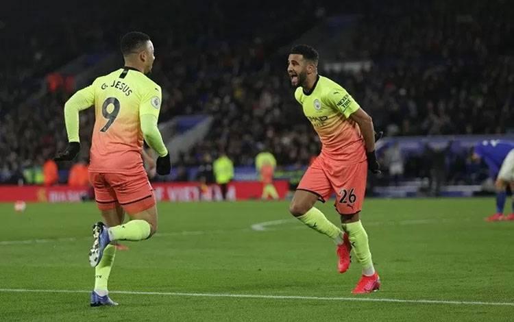 Penyerang Manchester City Gabriel Jesus (kiri) melakukan selebrasi bersama Riyad Mahrez seusai mencetak gol ke gawang Leicester City dalam laga lanjutan Liga Inggris di Stadion King Power, Leicester, Inggris, Sabtu (22/2/2020) waktu setempat. (ANTARA/REUTERS/Eddie Keogh)