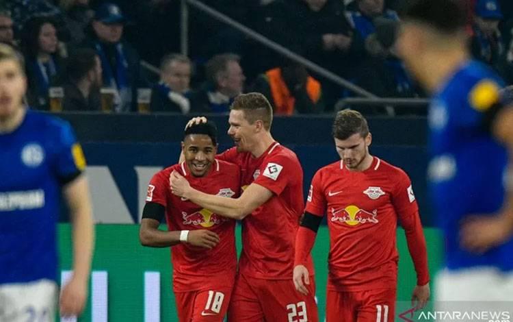 Bek RB Leipzig Marcel Halstenberg (tengah) merayakan gol yang dicetaknya ke gawang Schalke 04 dalam pertandingan Liga Jerman yang dimainkan di Veltins Arena. Gelsenkirchen, Sabtu (22/2/2020). (ANTARA/AFP/SASCHA SCHUERMANN)