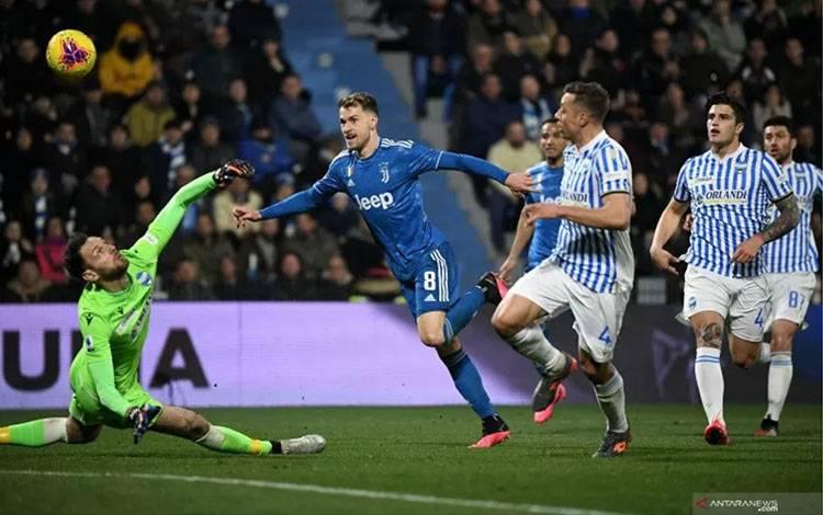 Gelandang Juventus Aaron Ramsey (tengah) mencetak gol kedua timnya saat melawan SPAL dalam pertandingan Liga Italia yang dimainkan di Stadio Paolo Mazza, Ferrara, Sabtu (22/2/2020). (ANTARA/AFP/ISABELLA BONOTTO)