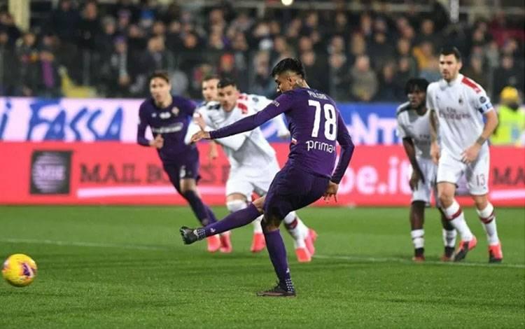 Pemain Fiorentina Erick Pulgar mengeksekusi penalti dalam pertandingan Liga Italia melawan AC Milan yang dimainkan di Stadion Artemio Franchi, Firenze, Sabtu (22/2/2020). (ANTARA/HO/twitter.com/acffiorentina)
