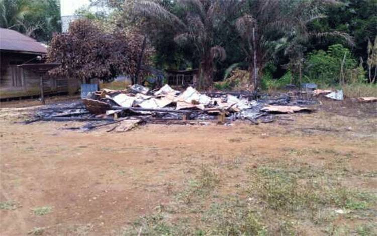 Kondisi Polindes Dusun Bunot yang terbakar.