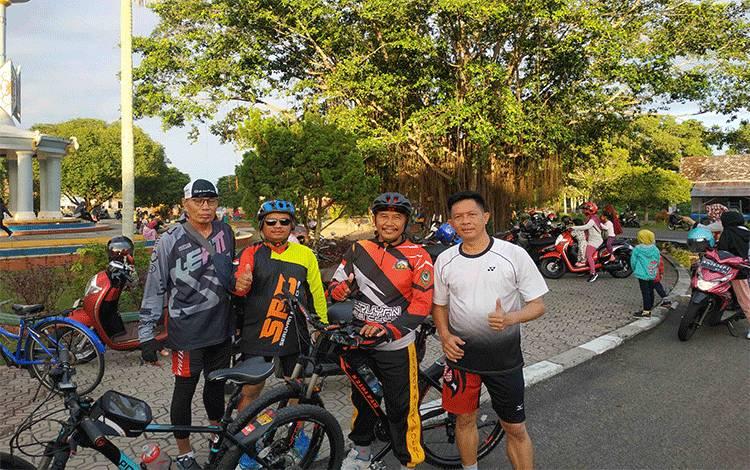 Wakil Ketua DPRD Seruyan H Bambang Yantoko bersama komunitas sepeda saat berada di kawasan car free day, Minggu, 23 Februari 2020