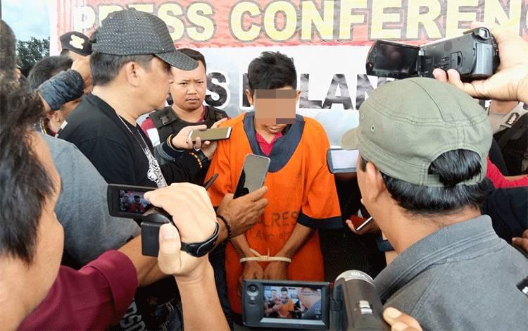 Pelaku MA (26) saat memberikan keterangan kepada sejumlah wartawan di Mapolres Pulang Pisau perihal pemerkosaan yang dilakukan dirinya terhadap muridnya, Minggu, 23 Febuari 2020.