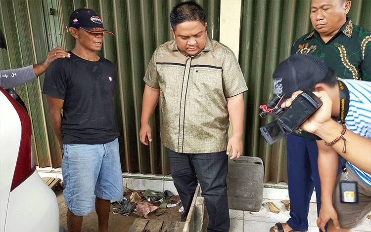 Kapolres Kotim AKBP Mohammad Rommel (tengah) menginterogasi tersangka kasus narkoba jenis sabu (kiri) dengan barang bukti 300 gram. Polisi meringkus dua tersangka dengan total barang bukti 325 gram, Sabtu, 23 Februari 2020.