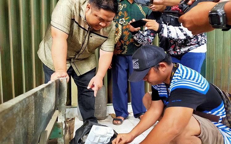 Kapolres Kotim AKBP Mohammad Rommel bersama anggota saat memeriksa kantor kresek sampah yang berisi sabu 300 gram, Minggu, 23 Februari 2020.