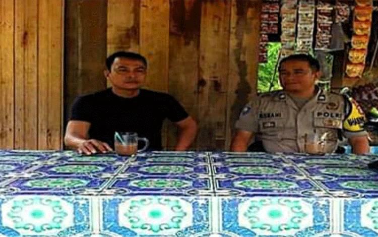 Anggota Polsek Kapuas Barat menyambangi warga di Desa Sei Kayu antisipasi terjadinya gangguan kamtibmas.