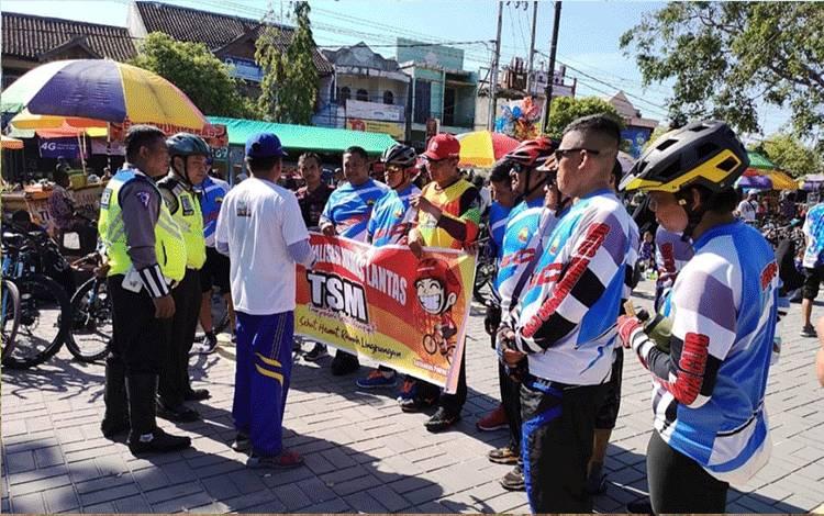 Agar sehat dan mengurangi polusi, Satlantas Polres Kobar Sosialisasi TSM kepada pengunjung Care Fre Day, di Bundaran Pancasila, Minggu, 23 Februari 2020.