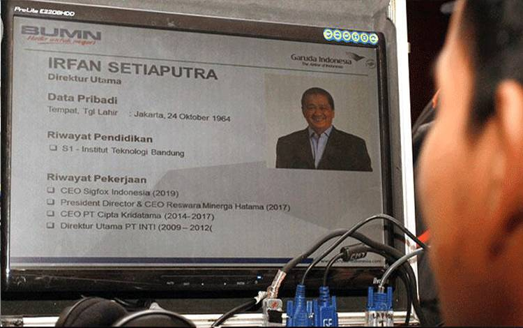 Seorang teknisi memperlihatkan Profil Direktur Utama Garuda Indonesia yang baru diumumkan saat acara Rapat Umum Pemegang Saham Luar Biasa (RUPSLB) PT. Garuda Indonesia (Persero) Tbk di Bandara Soekarno Hatta, Tangerang, Banten, Rabu, 22 Januari 2020. Dalam rapat ini diputuskan Komisaris Utama dijabat Triawan Munaf, dan Irfan Setiaputra sebagai Direktur Utama. ANTARA/Muhammad Iqbal