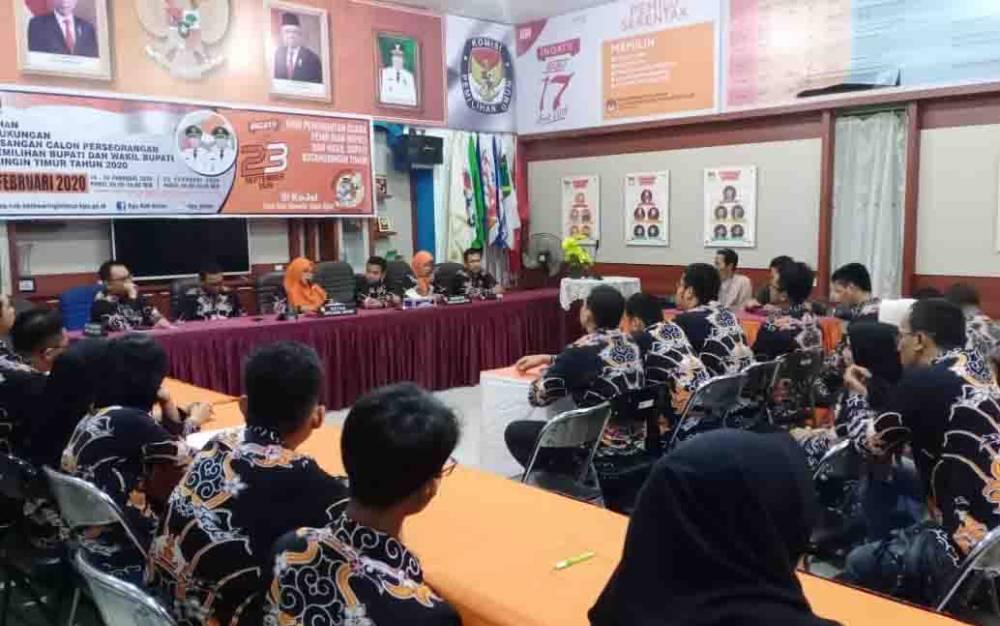 KPU Kotim saat menggelar konferensi pers penutupan penyampaian syarat dukungan bakal calon perseorangan pasangan Yoyo - Madi diterima, Senin, 24 Februari 2020 dinihari.