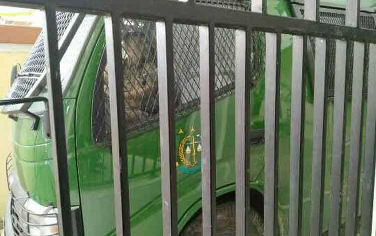 Mobil tahanan saat di Pengadilan Negeri Sampit