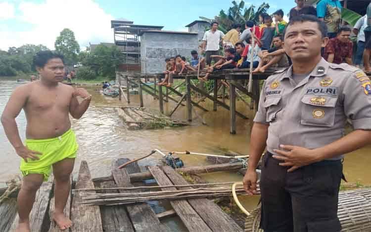 Polisi dan masyarakat saat melakukan pencarian korban tenggelam. 2 orang korban tenggelam tidak bisa berenang