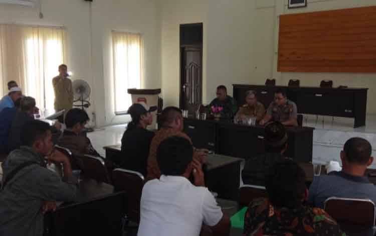 Pertemuan antar warga desa dengan oknum kades di Kantor Kecamatan Arsel, terkait beredarnya rekaman video call oknum kades dengan konten pornografi, Senin, 24 Februari 2020
