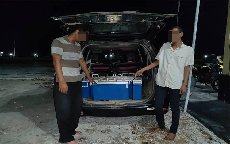 Dua tersangka pencurian baterai tower saat berada di Mapolsek Jaya Karya.