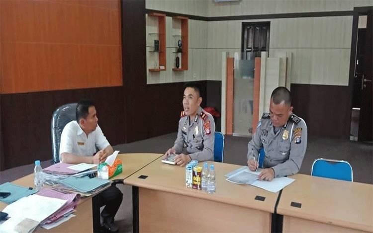 Kasat Lantas Polres Bartim Iptu Sugeng bersama Kepala Dinas PUPR Bartim Jumail, berkoordinasi mewujudkam pembangunan kampung dan sekolah tertib lalu lintas.