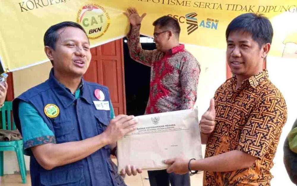 Serah terima hasil Seleksi Kompetensi Dasar CPNS di Barito Timur.