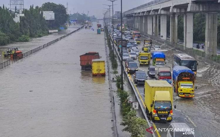 Sejumlah truk terendam banjir di tol Jakarta-Cikampek, Jatibening, Bekasi, Jawa Barat, Selasa (25/2/2020). Curah hujan yang tinggi dan drainase yang buruk membuat sejumlah ruas tol Jakarta-Cikampek terendam banjir. ANTARA FOTO/Fakhri Hermansyah/pras.