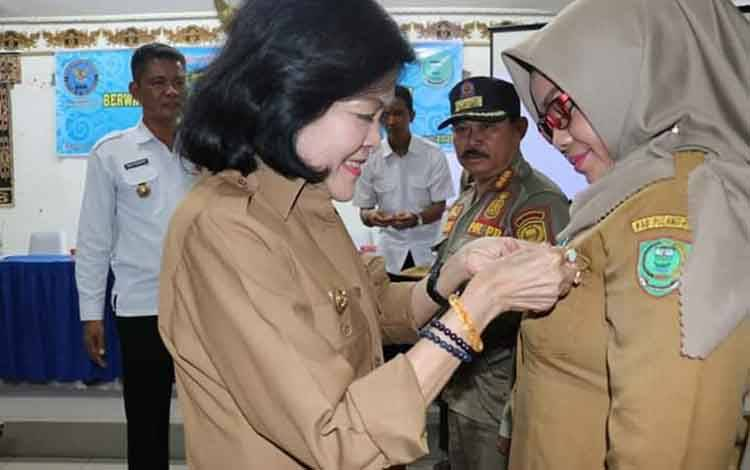 Penyematan lencana kepada Relawan Anti Narkotika oleh Wakil Bupati Pulang Pisau.