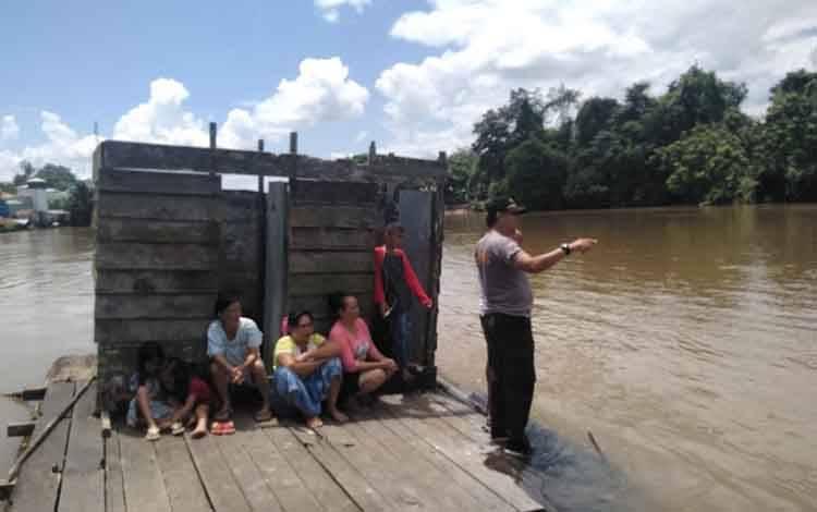 Polisi dan masyarakat masih melakukan pencarian korban tenggelam, yang sudah 2 hari ini belum ditemukan.