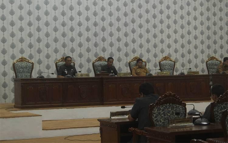 Wakil Bupati Katingan saat menyampaikan pidato bupati atas pemandangan umum fraksi.