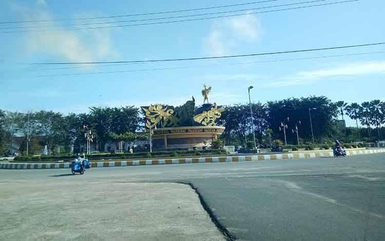Bundaran Mura Emas menjadi ikon utama masuk kota Puruk Cahu, Kabupaten Mura.
