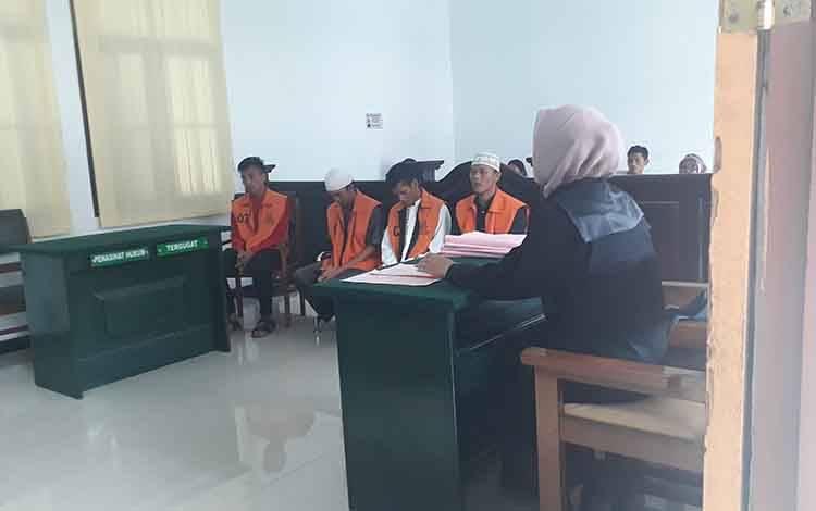 Empat pelaku pembobol gedung walet dijatuhi hukuman 11 bulan, di Pengadilan Negeri Pangkalan Bun, Selasa, 25 Februari 2020.