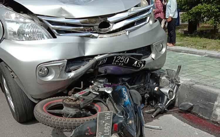 kedua kendaraan saat terlibat kecelakaan di wilayah kampus UPR, Selasa 25 Februari 2020.