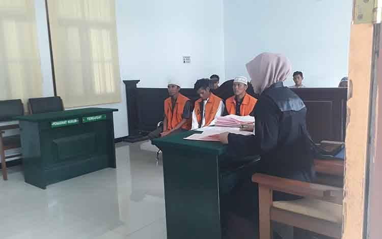 Tiga terdakwa pencuri sarang walet dituntut 2 tahun penjara di Pengadilan Negeri Pangkalan Bun, Selasa, 25 Februari 2020.