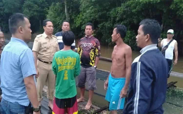 Bupati Hendra ikut melakukan pencarian orang tenggelam di Sungai Lamandau.