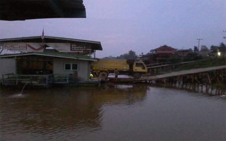 Fery penyeberangan di Tumbang Samba ini diprediksi tidak seramai saat ini setelah nanti Jembatan Tumbang Samba diresmikan.