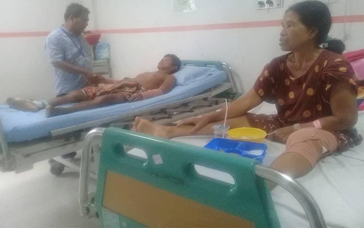 Kardi dan Enda saat menjalani perawatan medis di RSUD dr Doris Sylvanus Palangka Raya, Rabu, 26 Februari 2020.