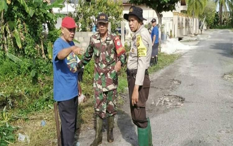 Babinsa dan Bhabinkamtibmas Kelurahan Menteng kompak melakukan kerja bakti membersihkan lingkungan bersama warga.