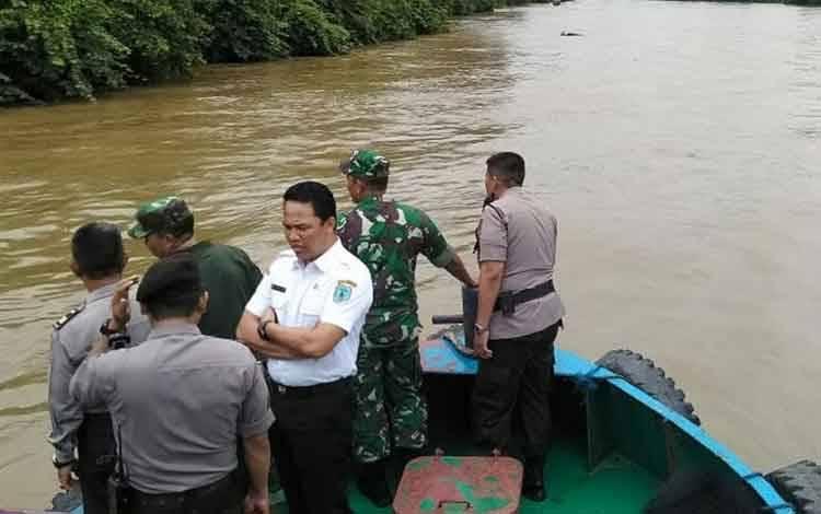 Bupati Hendra saat ikut melakukan pencarian korban tenggelam di Sungai Lamandau di hari kedua.