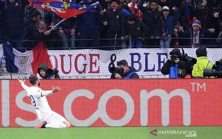Pemain Olympique Lyon Lucas Tousart merayakan gol yang dicetak ke gawang Juventus pada leg pertama 26 besar Liga Champions yang dimainkan di Stadion Groupama, Lyon, Rabu (26/6/2020). (ANTARA/H0/ECOEUR).