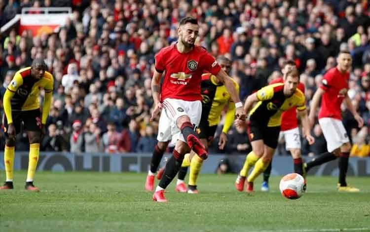 Gelandang Manchester United Bruno Fernandes saat mengeksekusi tendangan penalti yang kemudian berbuah gol pertamanya untuk United, dalam laga melawan Watford di Old Trafford, Manchester, 23 Februari 2020. (REUTERS/PHIL NOBLE)