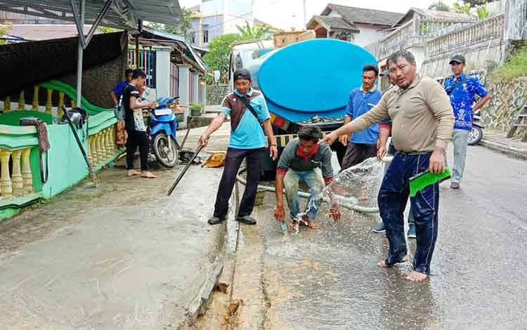 Petugas PDAM Muara Teweh membersihkan area usai melakukan perbaikan pipa induk yang bocor