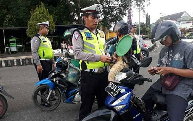 Personel Satlantas Polres Kapuas gelar razia, hasilnya sebanyak 51 pelanggar lalu lintas terjaring di Jalan Tambun Bungai Kuala Kapuas pada Kamis, 27 Februari 2020.