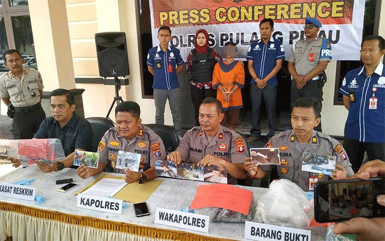 Press Conference Polres Pulang Pisau terkait hasil penyelidikan penemuan mayat di Kahayan Kuala. Dalam perkara ini istri diduga sebagai pembunuh suaminya.