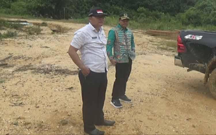 Anggota DPRD Kapuas Didi Hartoyo dan Berinto saat meninjau kondisi jalan di wilayah Kapuas Hulu