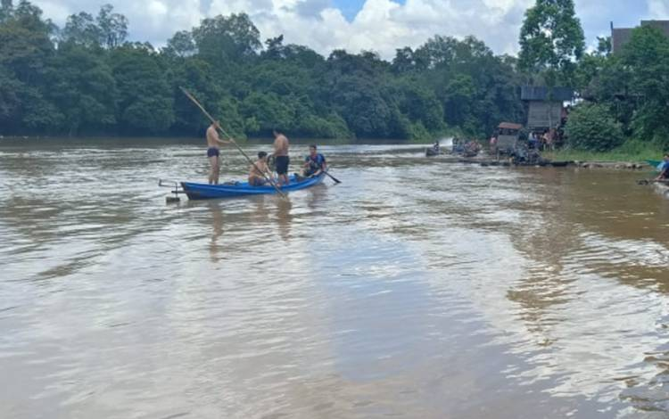 Sejumlah warga saat melakukan pencarian korban tenggelam di Sungai Mentaya, Kecamatan Mentaya Hulu. Pencarian sendiri terkendala arus deras dan hujan, Kamis, 27 Februari 2020.