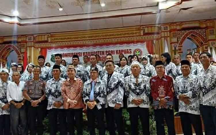 Bupati Kapuas Ben Brahim S Bahat bersama peserta konferensi PGRI Kabupaten Kapuas