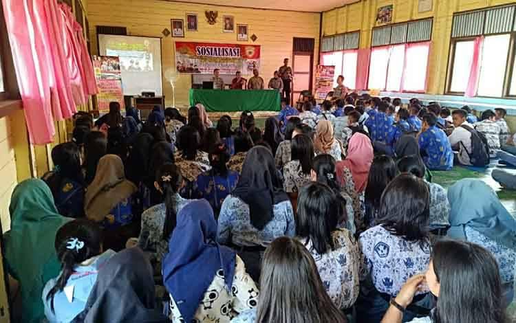 Suasana saat Anggota Polres Kapuas sosialisasikan penerimaan Polri di SMA Negeri 1 Mantangai pada Kamis, 27 Februari 2020.