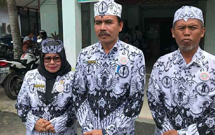 Ketua PGRI Kapuas terpilih Kadeni (tengah).