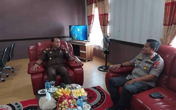 Kajari Bartim Roy Rovalino Herudiansyah menerima kunjungan silahtuhrahmi Kapolres Bartim AKBP Hafidh Susilo Herlambang di ruang kerjanya.