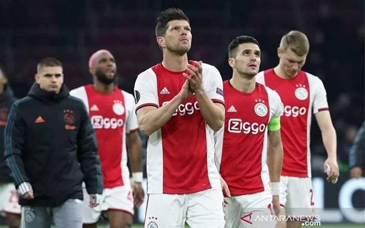 Para pemain Ajax termasuk Klaas-Jan Huntelaar (tengah) dan Dusan Tadic (kedua kanan) tampak kecewa ketika berterima kasih kepada para suporter seusai menang 2-1 atas Getafe dalam leg kedua babak 32 besar Liga Europa di Stadion Johan Cruijff Arena, Amsterdam, Belanda, Kamis (27/2/2020) waktu setempat, tetapi tersingkir karena kalah agregat 2-3. (ANTARA/REUTERS/Eva Plevier)
