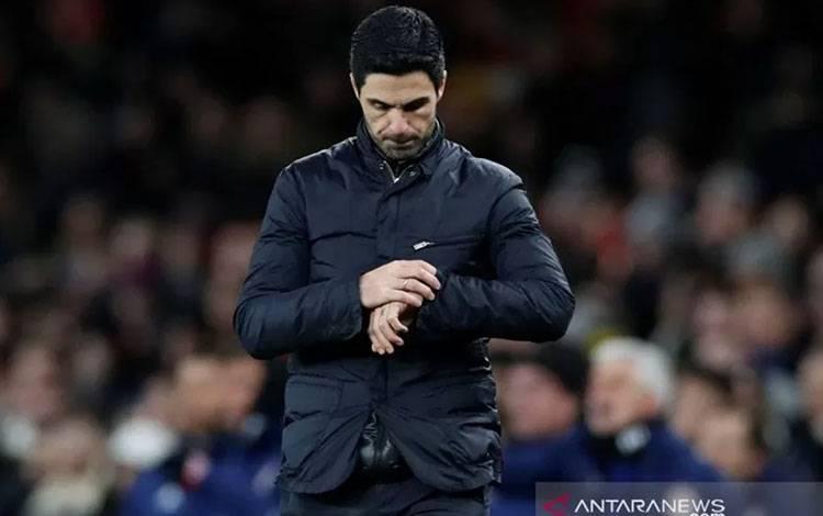 Manajer Arsenal Mikel Arteta melhat ke jam tangannya pada pertandingan leg kedua 32 besar Liga Europa melawan Olmpiacos yang dimainkan di Stadion Emirates, London, Kamis (27/2/2020). ANTARA/Reuters/PAUL CHILDS.