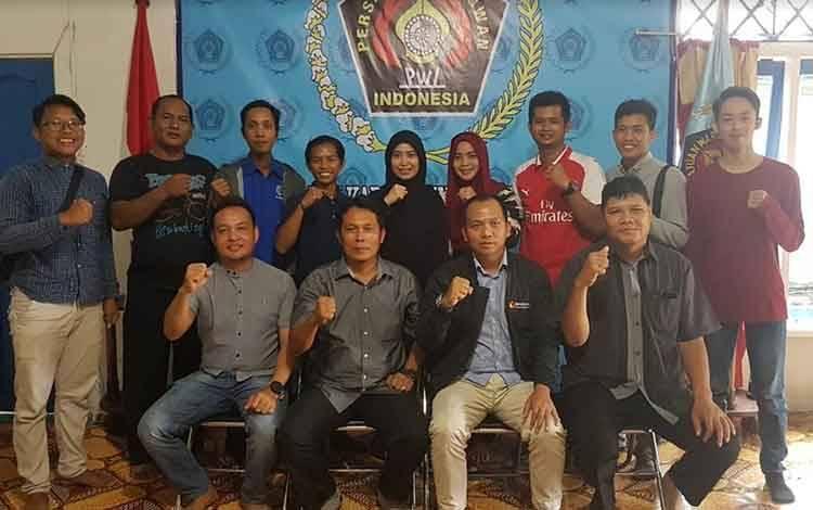 Ketua Bawaslu Seruyan foto bersama Ketua PWI, pengurus dan awak media saat silaturahmi di Kantor PWI Kabupaten Seruyan