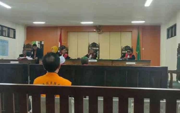 Samsi dan Saenal terdakwa kasus pencurian sawit saat sidang tuntutan