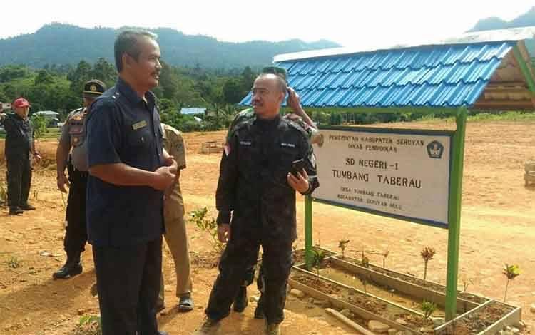 Bupati Seruyan saat mengunjungi Desa Tumbang Taberau, Desa ini menjadi salah satu desa yang melaksanakan Pilkades serentak tahun ini