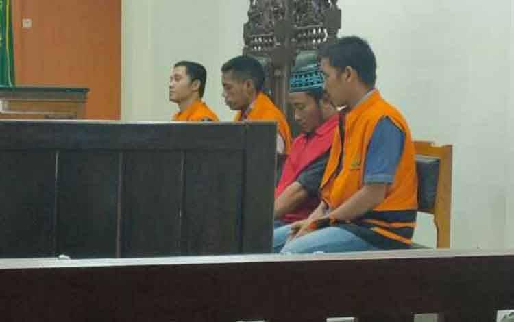 Surat, Joniadinata, Bobi I Tuoh, dan Inacio Dos Santos Soares, terdakwa penggelap pupuk